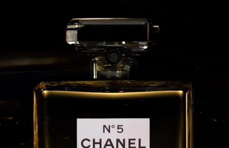 Bred Pit zaštitno lice Šanel 5 parfema