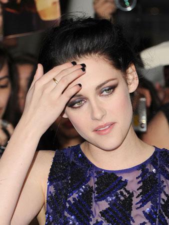 Kirsten Stewart nosi  Tamni lak za nokte