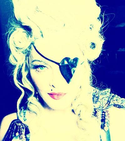Madonna na Instagram profil postavlja sliku svog 55 rođendana i to obučena u stilu Marie Antoinette.
