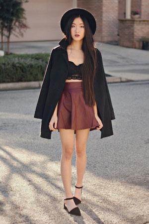 Crop tops od čipke i kožna kratka suknja