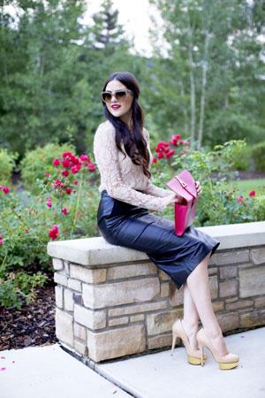 Bluza od čipke i kožna olovka suknja