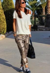 Bela majica i pantalone sa interesantnim dezenom