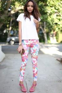 Bela majica i šarene pantalone