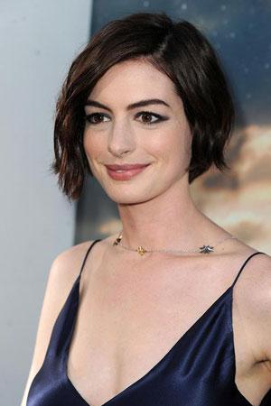 Anne Hathaway – Kratka bob frizura sa prirodnom teksturom