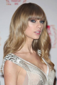 lice ružičasto sa plavim ili ljubičastim nijansama