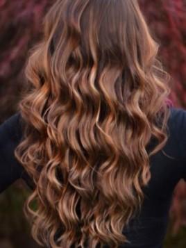 Karamel boja kose sa crvenim tonovima