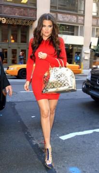 metalik torba uz crvenu haljinu