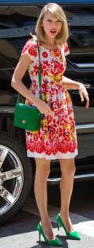zelena torba uz crveno, zuto plavu haljinu