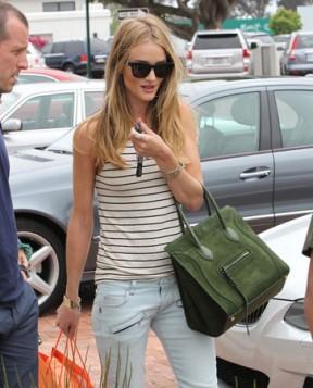 zelena torba uz kezual outfit