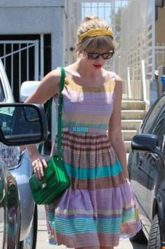 zelena torba uz letnju haljinu