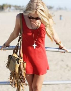 kezual crvena haljina i torba sa resama