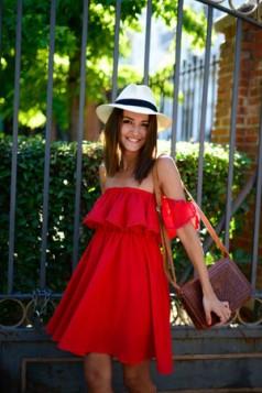 crvena haljina bez ramena