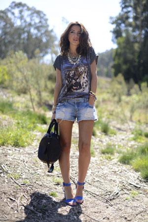 teksas sortc majica sa grafickom aplikacijom i plave sandale na stiklu