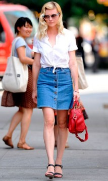 bela bluza teksas suknja i crvena torba