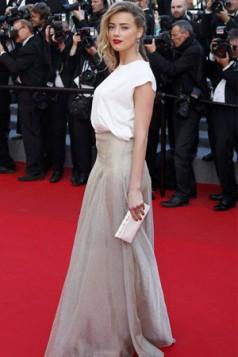 metalim torba uz glamuroznu belu haljinu