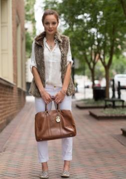 braon veca torba uz belu odecu