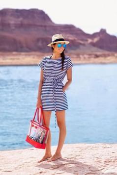 sesir na plazi uz haljinu