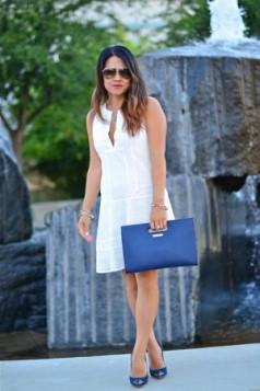 bela haljina plava torba i cipele