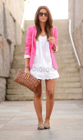 bela haljina i roze sako