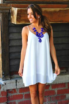 bela haljina i teget ogrlica