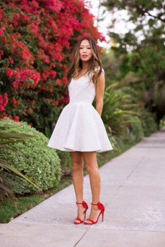 bela haljina i crvene cipele