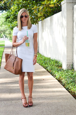 bela haljina i tan torba i sandale