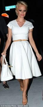 bela A-line haljina i tan kais i sandale