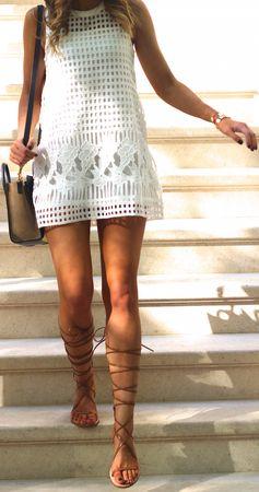 bela haljina i tan gladijator sandale