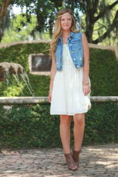 bela haljina i teksas prsluk za hipi fazon