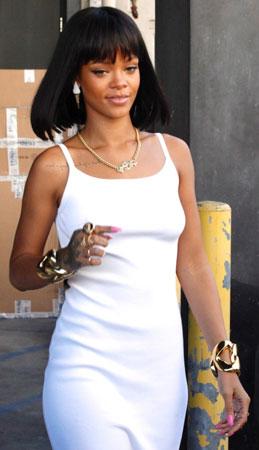 bela haljina i zlatni nakit