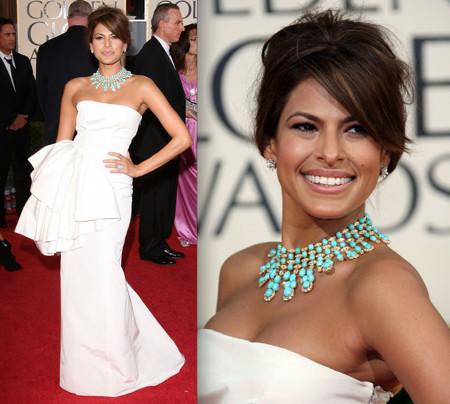 svecana varijanta bele haljine i tirkizne ogrlice