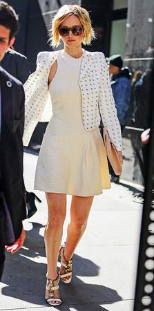 bela haljina i jakna sa crno belim printom