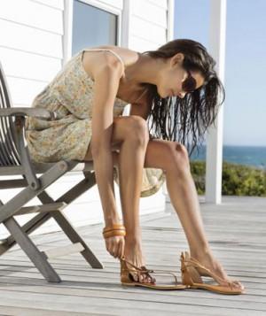 haljina za plazu uz elegantnije ravne sandale
