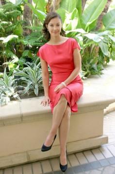crvena haljina i crne cipele kao kezual varijanta