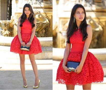 crvena haljina i crno zlatna torbica