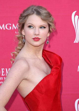 crvena haljina i dijamantske visece mindjuse