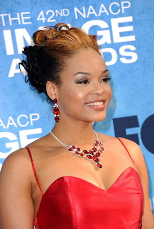 crvena haljina i kombinacija ogrlice i mindjusa sa rubinima