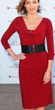 crvena koktel haljina i crni kais
