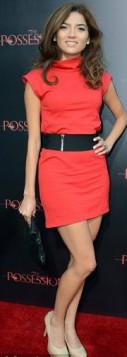 crvena mini haljina i kais