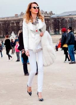 bela odeca i cipele sa crno belim printom