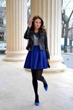 crne hulahopke, plava suknja i cipele