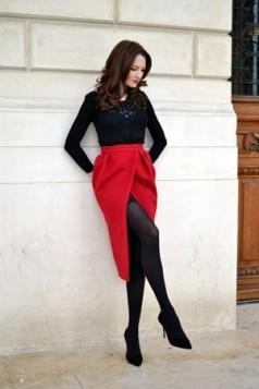 crne hulahopke i crvena suknja