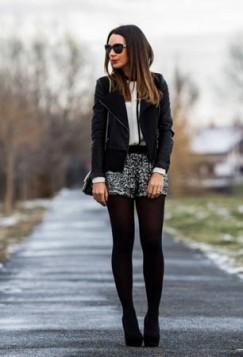 crne hulahopke i karirana suknja