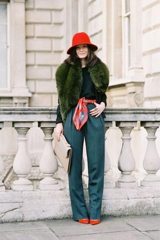 zelena kao osnova sa crvenim modnim detaljima