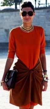 zlatna ogrlica uz crvenu haljinu