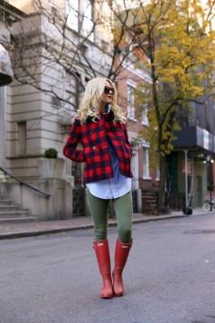 maslinasto zelene pantalone crvene cizme i karirana jakna
