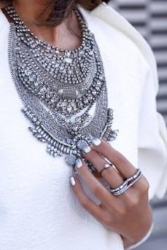 velika srebrna ogrlica uz belu bluzu