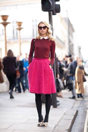 roze suknja i burgundi bluza