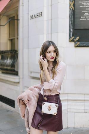 burgundi suknja i roze kosulja i kaput