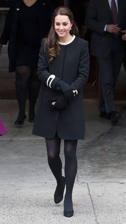 crni kaput sa belim detaljima